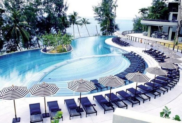 Bể bơi có nguồn nước trong sạch khi lắp đặt bộ bơm hóa chất tự động MIDA.CONTROL