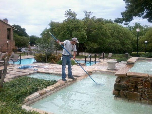 Vệ sinh hồ bơi với bàn chải là điều bắt buộc định kỳ ít nhất 1 tháng 1 lần nếu sử dụng bể thường xuyên