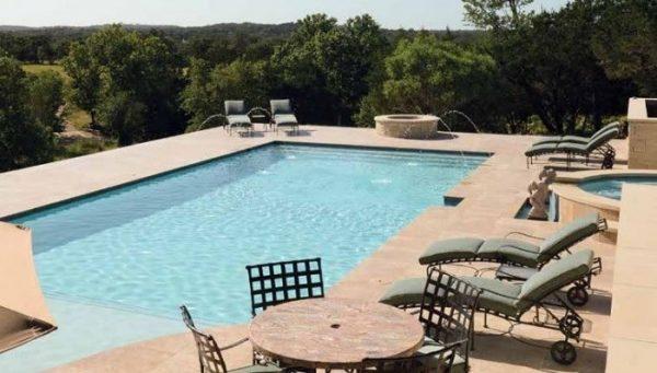 Sử dụng bàn hút 8 bánh 203 giúp hồ bơi nhà bạn lúc nào cũng trong lành và sạch sẽ