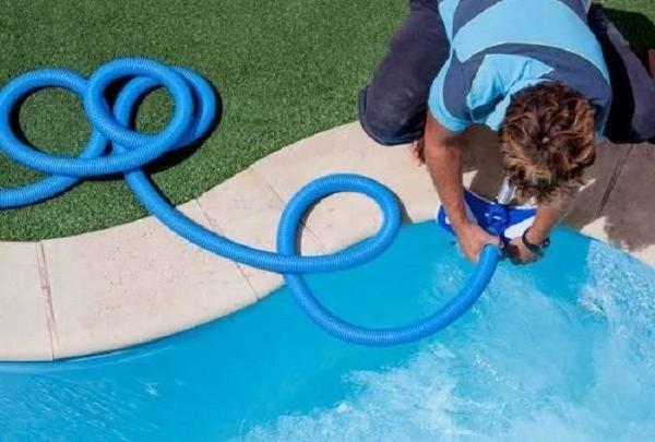 Ống mềm được lắp với bàn hút chân không để vệ sinh bể bơi