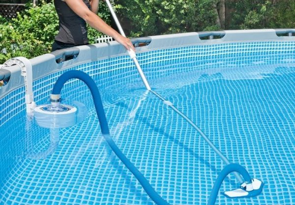 Ống mềm vệ sinh bể bơi là thiết bị không thể thiếu cho mỗi gia đình