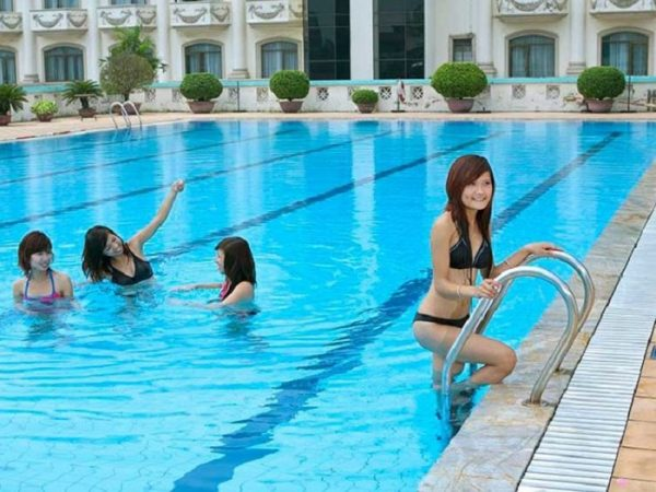 Do hệ thống lọc nước hồ bơi