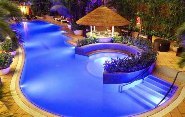 Có đèn UV hồ bơi Midas không gian đẹp và lung linh hơn