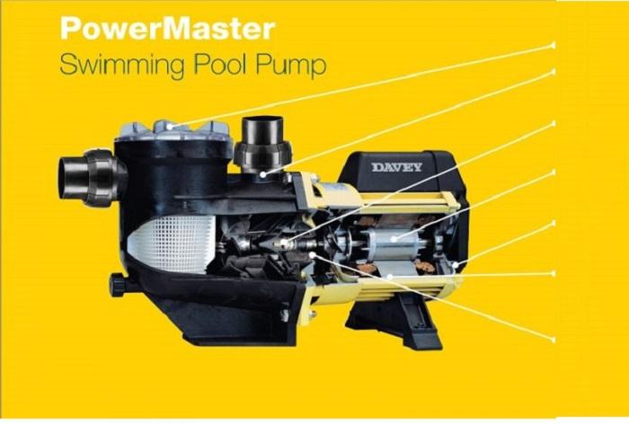 Máy bơm giúp hệ thống nước hồ bơi luôn được vận hành